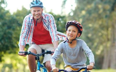 À vélo, le port du casque devient obligatoire pour les enfants